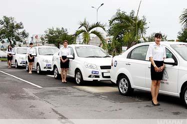 Học lái xe với xe tập lái mới và sân học lái chuẩn ISO