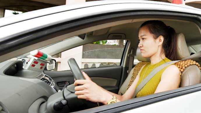 nữ học lái xe ô tô số tự động