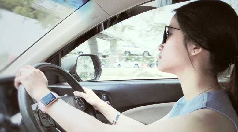 """phu nu hoc lai xe co kho khong - Phụ nữ học lái xe ô tô và suy nghĩ """"bán xăng cho phụ nữ"""" ?"""