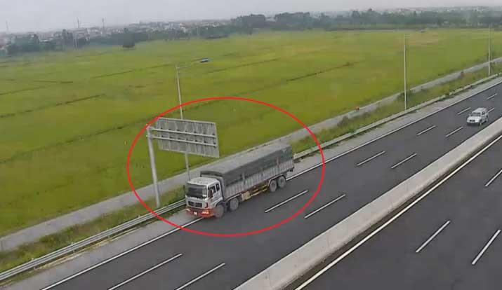 xe tải đi ngược trên cao tốc