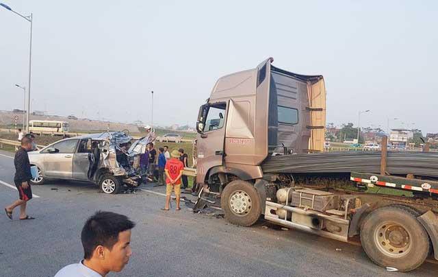 lùi xe trên cao tốc gây tai nạn
